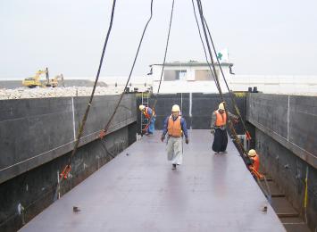 関西空港二期空港島護岸築造工事に伴う、厚板海上輸送