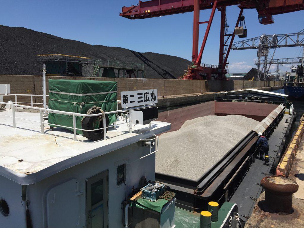 バラ貨物(ボーキサイト)1000トン積込み
